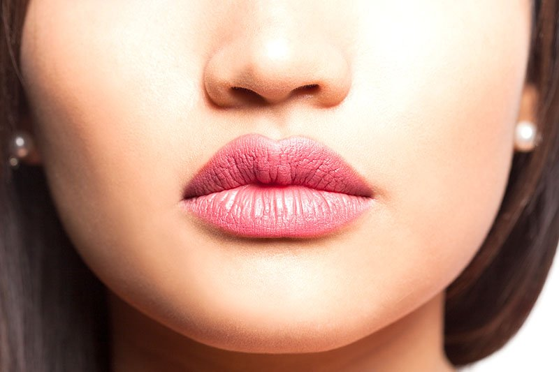 gros plan sur les lèvres naturellement pulpeuse d'une jeune femme