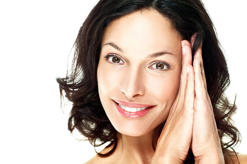 femme brunette souriant naturellement