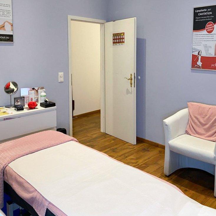 cabine de l'institut avec table de massage