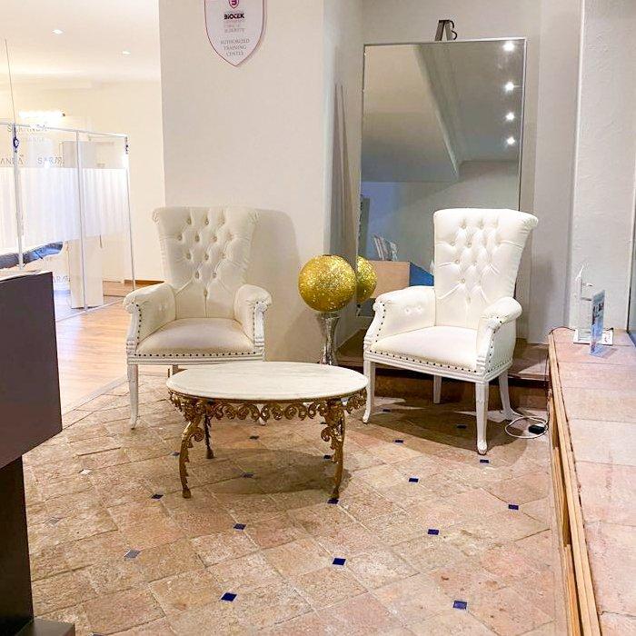 salle d'attente de l'institut avec deux fauteuils blanc moelleux